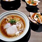 SHINASOBA 颯々樹 - 琥珀重ね醤油そば & ローストポーク丼