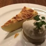 イルモンドピッコロ - リッコタチーズとレモンのケーキ ジェラート ゴルゴンゾーラ 別メニューですが合わせて食べても美味しい〜 チーズとチーズで合いますね。