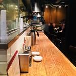 餃子の福包 - 席はL字型のカウンターにテーブル席。この日は14時頃でもテーブル席は満席という人気ぶり…!