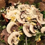 イルモンドピッコロ - 厨房の気まぐれサラダ たっぷりのマッシュルームにオリーブ、生ハムさっぱり美味しいドレッシング
