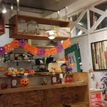 カリフォルニアブルーマーケット - アメリカンな感じ?の店内 ハロウィンの飾り付けでした