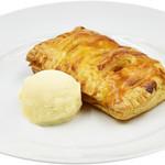 ビッグ・ジョー - 『特製ホットアップルパイ バニラアイス添え』450円(税込) シナモンを効かせた温かいサクサクのアップルパイと冷たいバニラアイスのコントラストが絶妙です。