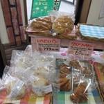 山里の自然なパン エンゼル - 店内ではじっくりと熟成された無添加の生地を一個一個手作業で丸め、丁寧に焼き上げた様々なパンを販売されてます。