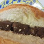 山里の自然なパン エンゼル - サクッと表面を焼かれた生地の中に甘いチョコをたっぷり挟んだメロンパンです。