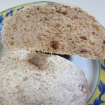 山里の自然なパン エンゼル - 乾燥いちぢくにルヴァン種を加え昔ながらの製法で作られたパンはいちぢくの香りの良い甘さのみで砂糖は無使用、8種類の穀類がモチットした食感を引き出したパン。