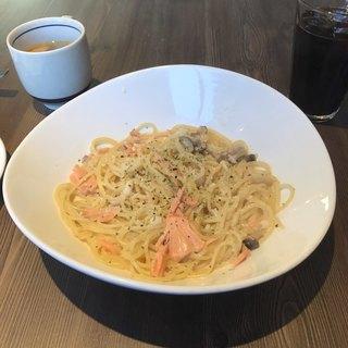 CAFÉ/BAR BSM 横浜関内店 - サーモンと信州産きのこのクリームパスタ。 税抜930円。 美味し。