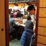 七福 - 座敷からカウンターを覗く