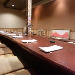 にしぶち飯店 - 広いカウンター席 真ん中の柱には芸舞妓さんの花名刺が沢山