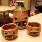 五代目 花山うどん - ・分福  1,100円 可愛いタヌキのトックリに入った日本酒は同行者がオーダー。 んー、これまたフォトジェニック♡