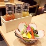 五代目 花山うどん - トマト、えごま、にんじんの3種のドレッシングも美味☆
