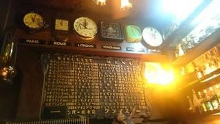 クライスラー - 【'17.10】歴史を感じるメニュー板と世界の時間の時計。横浜以外は止まってるようでしたが…