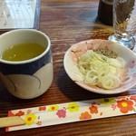 小芝 - お茶は多分、玄米茶。蕎麦の薬味のネギとゴマ