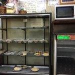 大力食堂 - 店内のショーケースに定食の小鉢