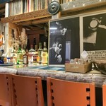 のらまる食堂 - カウンター席、上にはLPレコードのコレクション(2017.10.30)