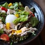 長州黒かしわ地鶏専門店 長州の酒場 - 長州サラダ、長州どりと温泉卵が最高