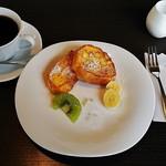 75612039 - トウキョウブレンドコーヒー(500円)、ブランチ(フレンチトースト、フルーツ)