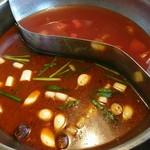 75627946 - 手前、麻辣紅湯、奥、トマト鍋 、煮立つ前、具未投入w