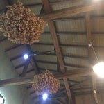 食彩遊膳 まる梅 - 内観 紅花飾り