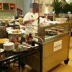 レストラン セイシェル - お肉とフレンチトーストを焼いているところ