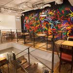 ジンナンカフェ - 【1F】印象的な壁面アート