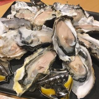 市場直送の厚岸産「牡蠣」に加え、豊富な貝をご用意