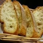 STEAK × WINE 肉バル LIMIT DISH - オリーブ牛手ごねハンバーグ定食のパン