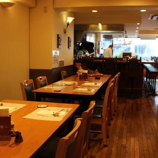 【テーブル席】シェフの趣味であるブリキが立ち並ぶアットホームな雰囲気