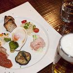 シャモロック酒房 - 生ビール1000円セット!1プレートと生ビールor赤・白ワインの1杯