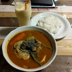 アジアン食堂 スーリヤ - チキンと野菜のスープカレー+マンゴーラッシー