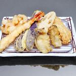 お気軽天ぷら処 天神 - 【牡蠣天ぷら定食】海老、ふもと赤鶏、野菜二種、牡蠣二つ、貝柱と小エビのかき揚げ