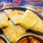 本格インドカレーChai - チーズナン。チーズとスパイスの風味