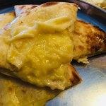 本格インドカレーChai - チーズナンの中身。柔らかくてくちゅっとしたチーズでした。