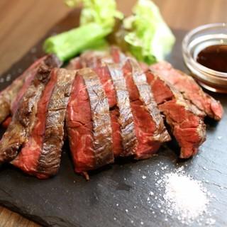 真空低温調理法を取り入れ驚く旨味と柔らかさを実現!牛ステーキ