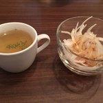 マジカル - ランチにつく玉ねぎスープと玉ねぎサラダ