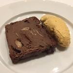 トラットリア・サルーテ - ジェノバ風チョコレートケーキサバイオーネクリーム添え