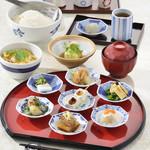 彩り一汁八菜膳 ~八かく庵の豆皿料理と湯葉餡かけ御飯のお膳~