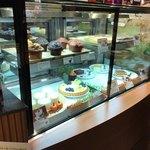 カフェ レクセル - ケーキなどはショーケースです。