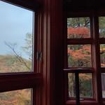 山のレストラン - 窓枠もコストを掛けている。