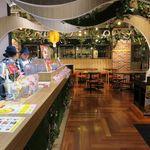 焼きたてチーズタルト専門店PABLO - 店内の様子。