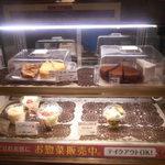 やば珈琲店 - デザートが入っているガラスケース