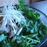 鶏ハムとパクチーの香味野菜サラダ