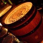 ウエスタン - ウイスキーの樽がテーブルです