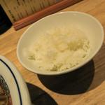 とら食堂 - ランチタイムは無料の白ご飯。軽く一杯なのがウレシイ。