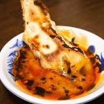 ぎょうざ大学 - 餃子(たっぷりとタレをつけて食べる)