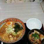 75705542 - 味噌ラーメン(800円)                       焼豚丼(300円 セット割引価格)