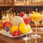 バー イリュージョン - シャインマスカット、巨峰、梨、苺、白桃、スイカ、オレンジ、グレープフルーツなど、オーダーを受けてから搾るフルーツカクテルがとても美味しく好評です。