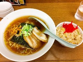 三陽 - ラーメン+半チャーハン500円と餃子3個200円で合計700円(税込み)