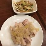 鵬天閣 - 蒸し鶏の冷菜、クラゲ冷菜