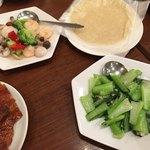 鵬天閣 - 海老イカ帆立の塩いため、北京ダッグの包む生地、青菜炒め