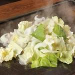 名古屋もつ焼き ひとすじ - たっぷり新鮮野菜にまぜ味噌♪鉄板焼肉